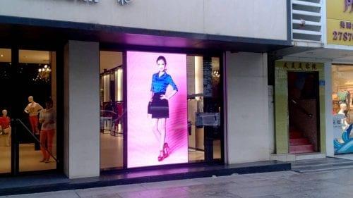 Comment attirer plus de clients dans un magasin, une boutique, un restaurant... via l'affichage et la PLV extérieure ? 76